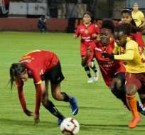 Jugadoras de Deportivo Cuenca tras el balón ante elemento de BSC. Foto: Twitter BSC.