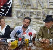 GUAYAQUIL, Ecuador.- Fausto Valdiviezo, hijo del periodista asesinado, junto a su madre, rechaza las acusaciones. Foto: API