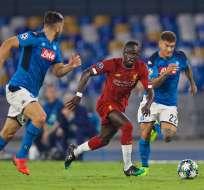 Sadio Mané (Rojo) ante la marca de dos rivales. Foto: Twitter Liverpool.