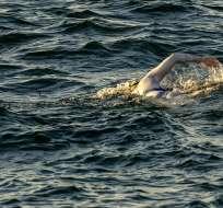 Sarah Thomas cruzó nadando 4 veces entre Dover y Cap Gris-Nez. Foto: HO / AFP / JON WASHER