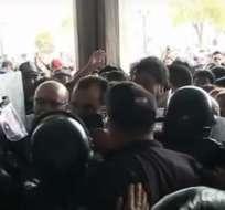 Transportistas manifestaron afuera del municipio de Quito.