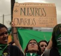 QUITO, Ecuador.- Activistas respaldaban la despenalización del aborto afuera de la Asamblea el pasado martes. Foto: AFP