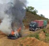 Durante enfrentamiento con grupo antiminero, 2 vehículos quedaron quemados. Foto tomada de Twitter El Mercurio