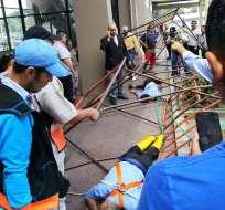 GUAYAQUIL, Ecuador.- Los trabajadores limpiaban los ventanales de un centro comercial de la av. 25 de Julio. Foto: Twitter
