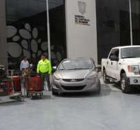 Se decomisaron vehículos y máquinas soldadoras que usaban para cometer los delitos. Foto: Policía