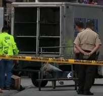 GUAYAQUIL, Ecuador.- El cuerpo de la víctima era transportado en un triciclo. Foto: captura de video