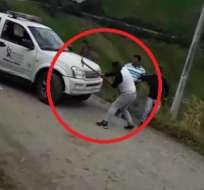 CARCHI.- Un hombre usó un pico para destrozar una camioneta de la Aduana. Foto: Captura de video
