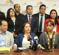 QUITO, Ecuador.- Asambleísta Amapola Naranjo presentó el pedido con 36 firmas de respaldo. Foto: API