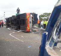 GUAYAS, Ecuador.- Según información preliminar, existen también diez personas heridas en el accidente. Foto: Twitter