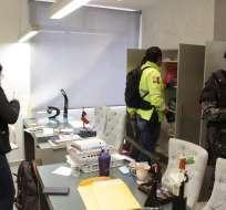 QUITO, Ecuador.- Computadores y dispositivos de almacenamiento fueron incautados dentro de investigación. Foto: Fiscalía