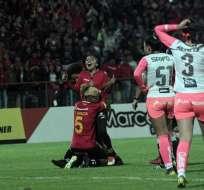 Madelin Riera de pie abrazada por una compañera tras uno de sus goles. Foto: API.