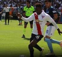 Jhojan Julio de Liga ante la mirada de un elemento de Emelec. Foto: Twitter Liga.