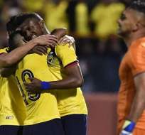 Jugadores de la Tri se abrazan para festejar un tanto. Foto: Twitter FEF.