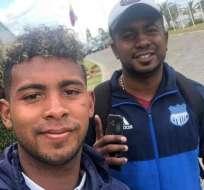 Silvano Estacio (derecha) junto a su hijo en la Casa de la Selección.