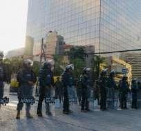 GUAYAQUIL, Ecuador.- Los militares resguardan el edificio del Gobierno Zonal en Guayaquil. Foto: API