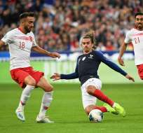 Antoine Griezmann, jugador francés va al suelo en la disputa del balón. Foto: Twitter Francia.