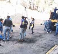 Personal municipal y ciudadanos limpian calzadas en Quito. Foto: DMQ