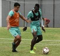 Gabriel Marques junto a Osbaldo Lastra (derecha), jugadores de BSC. Twitter BSC.