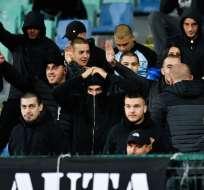 El organismo tomó la decisión tras gritos racistas contra ingleses y un festejo militar. Foto: NIKOLAY DOYCHINOV / AFP