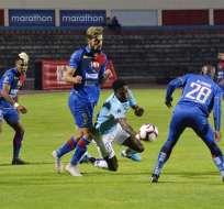 Jugadores de Olmedo y Universidad Católica en la disputa del balón. Foto: API.
