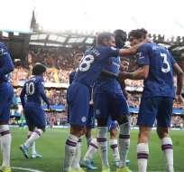 Jugadores del Chelsea festejan junto a Marcos Alonso, autor del gol. Foto: Twitter Chelsea.