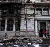 Decenas de manifestantes incendiaron el edificio del diario El Mercurio. Foto: AFP
