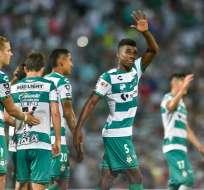 Felix Torres celebra un tanto en Santos Laguna levantado la mano.
