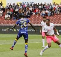 Nazareno (Delfín) despeja un balón ante la atenta mirada de Antonio Valencia. Foto: API.