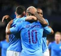 Aguero festeja con sus compañeros tras uno de sus goles. Foto: Twitter City.