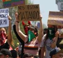En Chile, las manifestaciones no cesaron a pesar de la decisión del gobierno de suspender el alza del pasaje del metro.