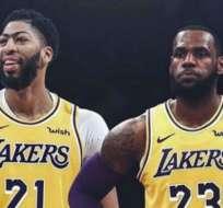 Lebron James junto a Anthony Davis, figuras de Los Lakers.