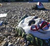 GREENVILLE, EEUU.- Los asistentes celebraban una fiesta de Halloween. Las máscaras quedaron en el suelo. Foto: AP