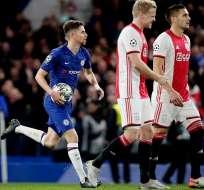 Jugador del Chelsea corre con el balón en la mano tras un gol. Foto: Twitter Chelsea.