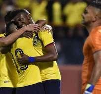 Jugadores de la Tri festejan un gol en amistoso.