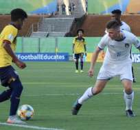 Jugador ecuatoriano conduce el balón ante un rival italiano. Foto: Twitter FEF.