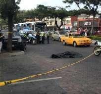 GUAYAQUIL, Ecuador.- El hombre quedó tendido en la avenida Víctor Emilio Estrada. Foto: @Cupsfire_gye