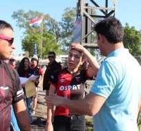 Hinchas argentinos pasando por migraciones de Paraguay.