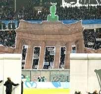 El muro que hicieron los hinchas previo al partido.