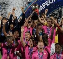 Jugadores de IDV levantando el trofeo de la Sudamericana.