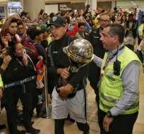 Fernando León con la Copa Sudamericana en Tababela. Foto: API.