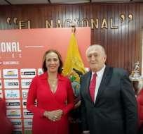Lucía Vallecilla junto a Eduardo Lara, nuevo DT de El Nacional.
