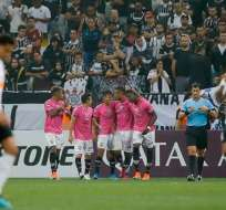 Jugadores de IDV, celebrando un gol.