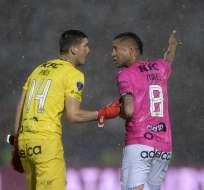 Jorge Pinos y Gabriel Torres durante la final de la Copa Sudamericana. Foto: JUAN MABROMATA / AFP