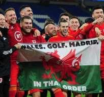 Gareth Bale y la bandera de su país con el mensaje.