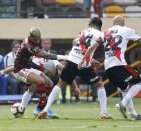 El delantero brasileño (i.) sobó el trofeo mientras entraba al campo de juego. Foto: LUKA GONZALES / AFP