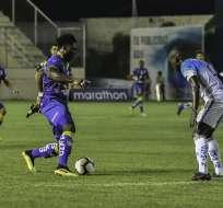 La 'Tuca' Ordóñez (izquierda) con el balón ante un rival. Foto: API.