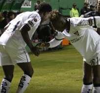 Los hermanos Julio celebran un gol en el duelo de ida. Foto: Twitter LDUQ.