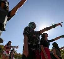 """Mujeres interpretan """"Un violador en tu camino"""" en una protesta contra violencia de género en San Bernardo, Chile. Foto: AP"""