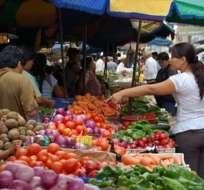 Personas compran en un mercado del país. Ecuador tendría crecimiento, según proyección del BCE. Foto: Archivo