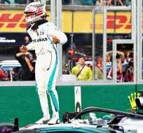 Hamilton festejando su victoria.